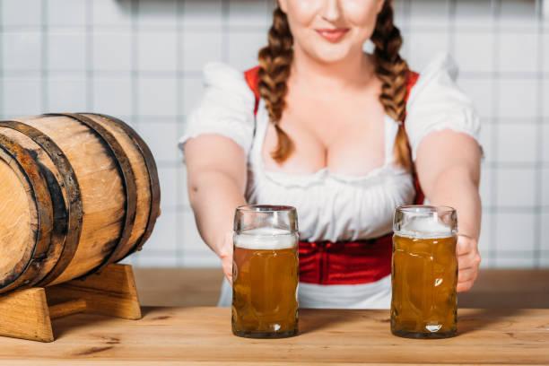 Официантка в пивном баре