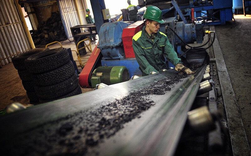 Персонал завода по переработке покрышек